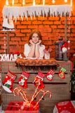 Κοκκινομάλλες κορίτσι σε ένα υπόβαθρο των κόκκινων διακοσμήσεων Χριστουγέννων Στοκ φωτογραφίες με δικαίωμα ελεύθερης χρήσης