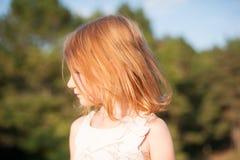 Κοκκινομάλλες κορίτσι στο σχεδιάγραμμα Στοκ φωτογραφία με δικαίωμα ελεύθερης χρήσης