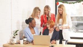 Κοκκινομάλλης δάσκαλος που εξηγεί το νέο υλικό στα οικονομικά στις γυναίκες σπουδαστές απόθεμα βίντεο