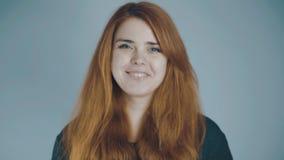 Κοκκινομάλλης νέα γυναίκα που χαμογελά στο υπόβαθρο στούντιο, φυσική έννοια ομορφιάς, συγκινήσεις, τρόπος ζωής απόθεμα βίντεο