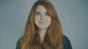 Κοκκινομάλλης νέα γυναίκα που χαμογελά στο υπόβαθρο στούντιο, φυσική έννοια ομορφιάς, συγκινήσεις, τρόπος ζωής φιλμ μικρού μήκους