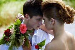 Κοκκινομάλλεις νύφη και νεόνυμφος brunette Στοκ Εικόνες