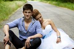 Κοκκινομάλλεις νύφη και νεόνυμφος brunette Στοκ Φωτογραφίες