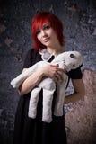 Κοκκινομάλλες κορίτσι με μια κούκλα κουρελιών Στοκ Εικόνα