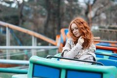 Κοκκινομάλλες κορίτσι με τις φακίδες σε ένα λούνα παρκ Στοκ Φωτογραφία