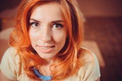 Κοκκινομάλλες κορίτσι που εξετάζει τη κάμερα Στοκ Φωτογραφίες