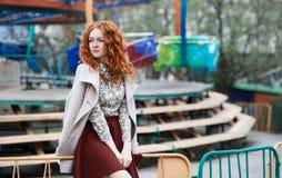 Κοκκινομάλλες κορίτσι σε ένα λούνα παρκ Στοκ φωτογραφία με δικαίωμα ελεύθερης χρήσης