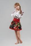 Κοκκινομάλλες κορίτσι στο σλαβικό εθνικό κοστούμι στοκ φωτογραφία με δικαίωμα ελεύθερης χρήσης