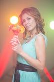 Κοκκινομάλλες όμορφο κορίτσι σε έναν χορό νυχτερινών κέντρων διασκέδασης Στοκ Εικόνες