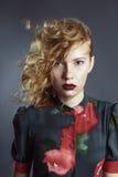 Κοκκινομάλλες όμορφο κορίτσι στο ζωηρόχρωμο φόρεμα Στοκ εικόνα με δικαίωμα ελεύθερης χρήσης