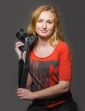Κοκκινομάλλης γυναίκα με μια κάμερα Στοκ Φωτογραφίες