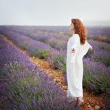 Κοκκινομάλλης λευκή γυναίκα σε έναν lavender τομέα, Στοκ Φωτογραφία