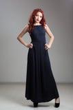 Κοκκινομάλλης πρότυπη τοποθέτηση στο φόρεμα βραδιού και diadem στοκ φωτογραφία με δικαίωμα ελεύθερης χρήσης