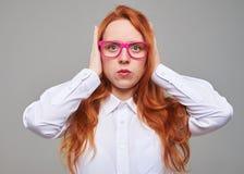 Κοκκινομάλλη κλειστά teengaer αυτιά με τα χέρια Στοκ φωτογραφία με δικαίωμα ελεύθερης χρήσης