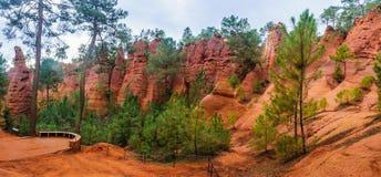 Κοκκινωποί σχηματισμοί βράχου στη Roussillon, Προβηγκία, Γαλλία Στοκ Φωτογραφίες