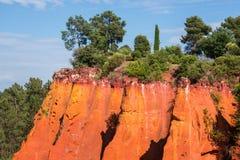 Κοκκινωποί σχηματισμοί βράχου φιαγμένοι από ocher κοντά στο χωριό Rousillon, Προβηγκία Στοκ Φωτογραφίες