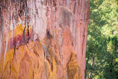 Κοκκινωποί σχηματισμοί βράχου φιαγμένοι από ocher κοντά στο χωριό Rousillon, Προβηγκία Στοκ φωτογραφίες με δικαίωμα ελεύθερης χρήσης