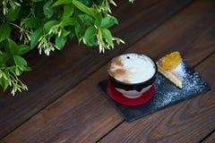 Κοκτέιλ γεύσης πιτών της Apple με τα καρυκεύματα και το παγωτό βανίλιας Στοκ εικόνα με δικαίωμα ελεύθερης χρήσης
