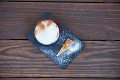 Κοκτέιλ γεύσης πιτών της Apple με τα καρυκεύματα και το παγωτό βανίλιας Στοκ Εικόνες