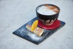 Κοκτέιλ γεύσης πιτών της Apple με τα καρυκεύματα και το παγωτό βανίλιας Στοκ Φωτογραφίες