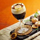 Κοκτέιλ καφέ με τα μπισκότα σε μια πετσέτα Στοκ φωτογραφία με δικαίωμα ελεύθερης χρήσης