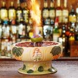 Κοκτέιλ με την πυρκαγιά στο γυαλί tiki στοκ εικόνες με δικαίωμα ελεύθερης χρήσης