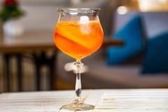 Κοκτέιλ με τους κύβους χυμού από πορτοκάλι και πάγου στοκ φωτογραφία με δικαίωμα ελεύθερης χρήσης
