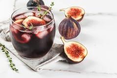 Κοκτέιλ με το κόκκινο κρασί, το θυμάρι και τα σύκα Στοκ Φωτογραφίες