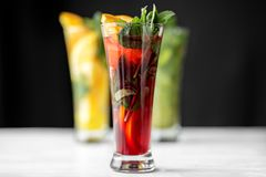 Κοκτέιλ ροδιών με τη μέντα goblet γυαλιού Η σειρά των ποτών Έννοια για τα ποτά, το καλοκαίρι, τη θερμότητα, το οινόπνευμα, το κόμ στοκ φωτογραφίες