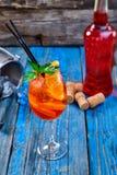 Κοκτέιλ Aperol Spritz στο γυαλί κρασιού στο αγροτικό ξύλινο υπόβαθρο Στοκ φωτογραφία με δικαίωμα ελεύθερης χρήσης