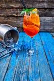 Κοκτέιλ Aperol Spritz στο γυαλί κρασιού στο αγροτικό ξύλινο υπόβαθρο Στοκ φωτογραφίες με δικαίωμα ελεύθερης χρήσης