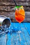 Κοκτέιλ Aperol Spritz στο γυαλί κρασιού στο αγροτικό ξύλινο υπόβαθρο Στοκ εικόνα με δικαίωμα ελεύθερης χρήσης