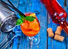 Κοκτέιλ Aperol Spritz στο γυαλί κρασιού στο αγροτικό ξύλινο υπόβαθρο Στοκ Εικόνα