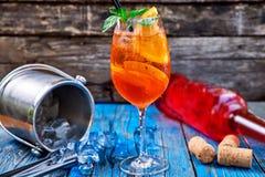 Κοκτέιλ Aperol Spritz στο γυαλί κρασιού στο αγροτικό ξύλινο υπόβαθρο Στοκ Φωτογραφία
