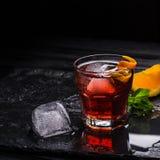 Κοκτέιλ Negroni Mezcal Καπνώές ιταλικό aperitivo Πορτοκάλι - μακροεντολή Στοκ Φωτογραφία