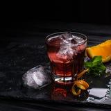 Κοκτέιλ Negroni Mezcal Καπνώές ιταλικό aperitivo Πορτοκάλι - μακροεντολή Στοκ εικόνα με δικαίωμα ελεύθερης χρήσης