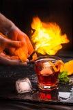 Κοκτέιλ Negroni Mezcal Καπνώές ιταλικό aperitivo Φλεμένη πορτοκαλιά φλούδα Στοκ Εικόνα