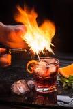 Κοκτέιλ Negroni Mezcal Καπνώές ιταλικό aperitivo Φλεμένη πορτοκαλιά φλούδα Στοκ φωτογραφίες με δικαίωμα ελεύθερης χρήσης