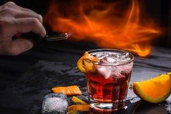 Κοκτέιλ Negroni Mezcal με τις φλόγες Καπνώές ιταλικό aperitivo Πορτοκάλι - μακροεντολή Στοκ εικόνες με δικαίωμα ελεύθερης χρήσης