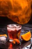 Κοκτέιλ Negroni Mezcal με τις φλόγες Καπνώές ιταλικό aperitivo Πορτοκάλι - μακροεντολή Στοκ Εικόνες