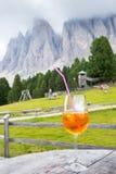 Κοκτέιλ Spritz Aperol με το υπόβαθρο σε Alto Adige/το νότιο Τύρολο, Ιταλία Στοκ Φωτογραφίες