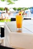Κοκτέιλ με το πορτοκάλι και το κεράσι Στοκ Φωτογραφίες