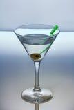Κοκτέιλ οινοπνεύματος με martini και την ελιά Στοκ Εικόνα