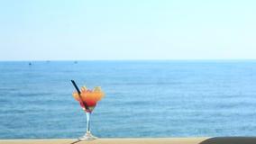 Κοκτέιλ στην παραλία, την μπλε θάλασσα και το υπόβαθρο ουρανού απόθεμα βίντεο