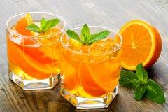 Κοκτέιλ Χυμός από πορτοκάλι με τη μέντα και πάγος αγροτικός Στοκ Φωτογραφία