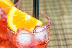 Κοκτέιλ aperol απεριτίφ Spritz με τις πορτοκαλιούς φέτες και τους κύβους πάγου Στοκ Φωτογραφίες