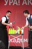 Κοκτέιλ Bartenders παρουσιάζουν στο υπαίθριο κόκκινο στάδιο Στοκ Εικόνες