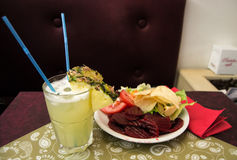 Κοκτέιλ Colada Pina με ένα σύνολο πιάτων των εύγευστων τροφίμων Στοκ Εικόνες