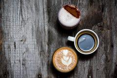 Κολάζ των φλυτζανιών με το νόστιμο καφέ στο ξύλινο αγροτικό υπόβαθρο στοκ εικόνα με δικαίωμα ελεύθερης χρήσης