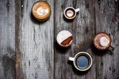 Κολάζ των φλυτζανιών με το νόστιμο καφέ στο ξύλινο αγροτικό υπόβαθρο στοκ εικόνες με δικαίωμα ελεύθερης χρήσης